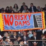 Forum Acqua: due attiviste espulse per uno striscione